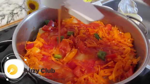 Размешиваю в половине стакана воды и 2 ст. л. томатной пасты