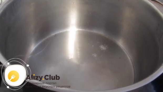 Ставлю на огонь кастрюлю и добавляю 50 г масла для жарки