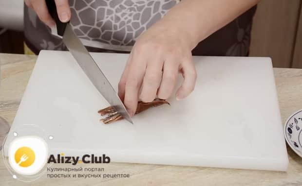 Для приготовления соуса для салата цезарь с курицей по простому рецепту, нарежьте анчоусы