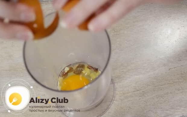 Для приготовления соуса для салата цезарь с курицей по простому рецепту, добавьте яйца