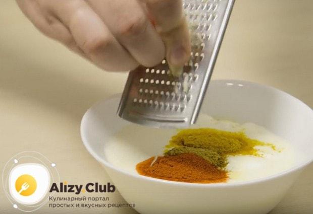 На мелкой терке натираем в соус чеснок.