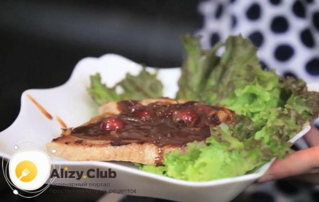 Соус из крыжовника к мясу можно подавать на стол.