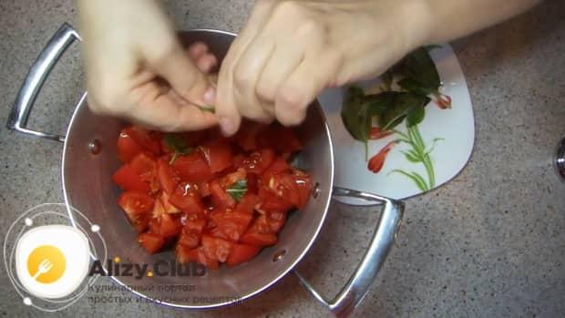 По рецепту. для приготовления соуса к пасте, нарежьте помидоры