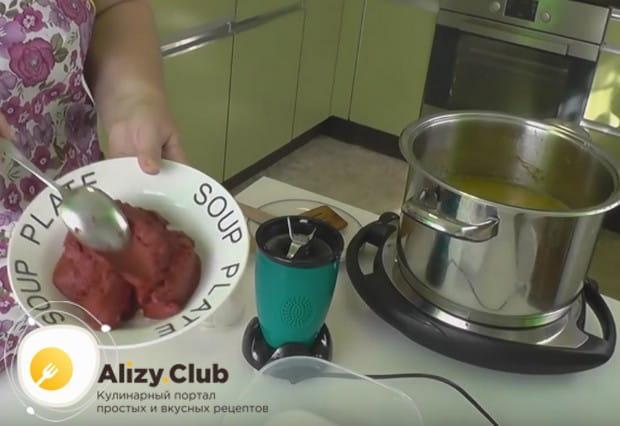 Добавляем в соус томатную пасту, соль и сахар.