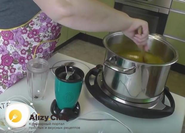 После добавления специй соус надо проварить еще минут 20.