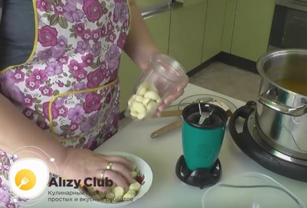 Блендером измельчаем чеснок и гвоздику и добавляем в соус.