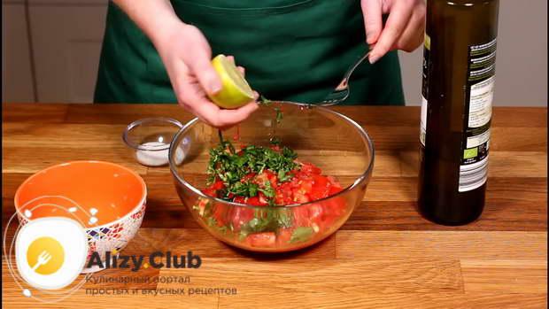 Смешиваем в миске нарезанные овощи