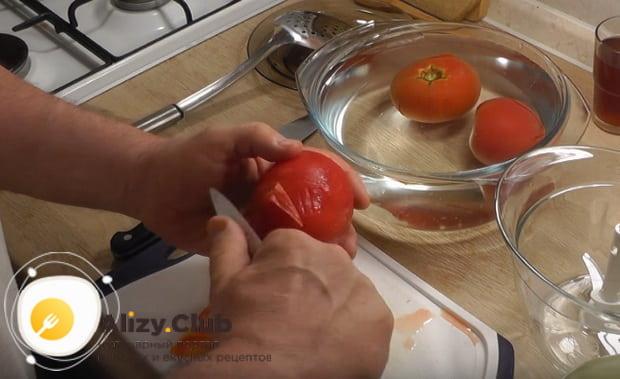 очищаем помидоры от кожуры