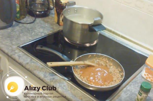 Спагетти готовим с фаршем и томатной пастой.