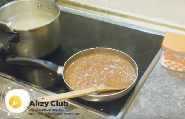 Добавляем в соус все необходимые специи.
