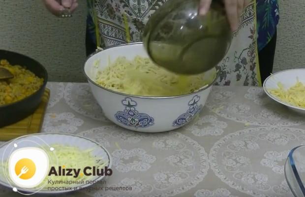Заливаем спагетти яйцами и перемешиваем.