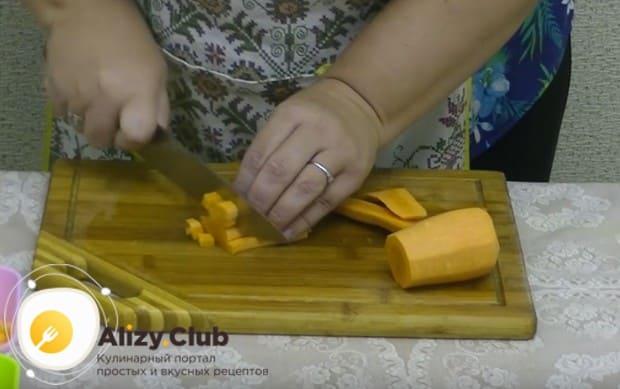 Измельчаем кубиком морковку и болгарский перец.