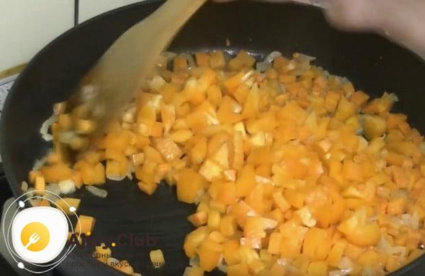 Добавляем к луку морковку и перец.