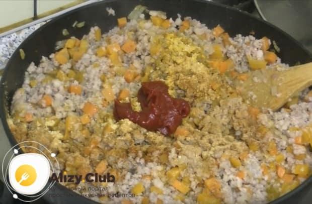 Самое время добавить специи и томатную пасту.