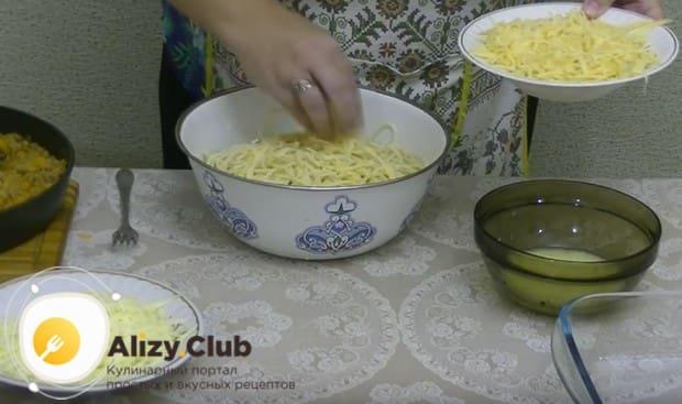 К остывшим спагетти добавляем немного натертого сыра.