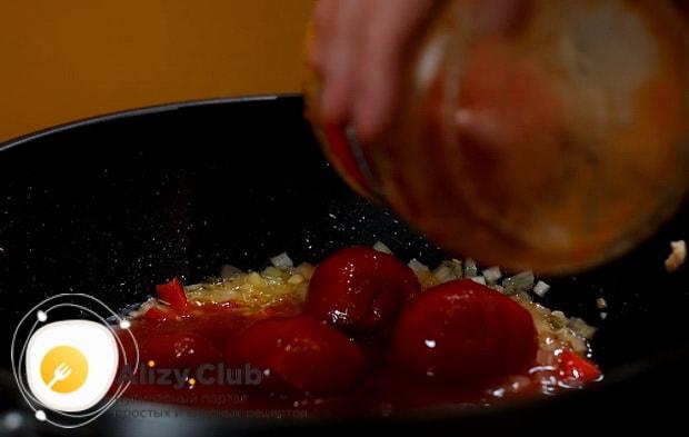 выкладем к овощам томаты