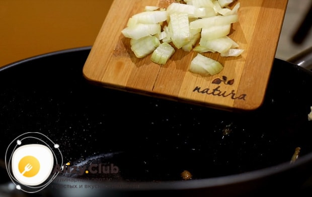 в сковороду кладем мелко нарезанную луковицу