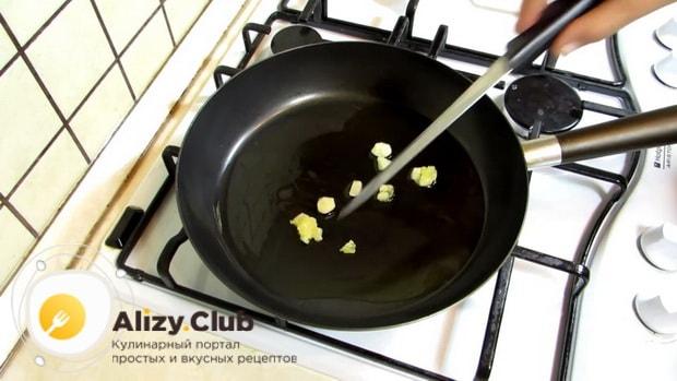 По рецепту для приготовлеия блюда из стручковой фасоли. обжарьте чеснок