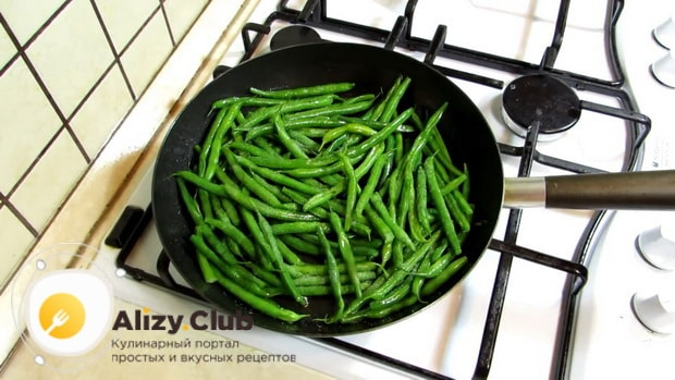 По рецепту для приготовлеия блюда из стручковой фасоли. обжарьте ингредиенты
