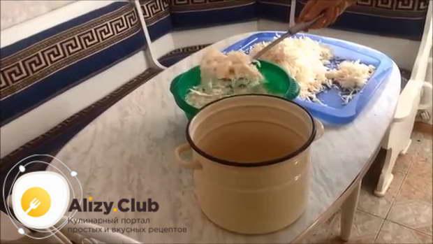 Большую горсть нашинкованной капусты положите в миску с рассолом