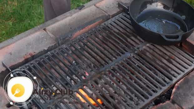 Решетку для жарки стейков обмазываем маслом