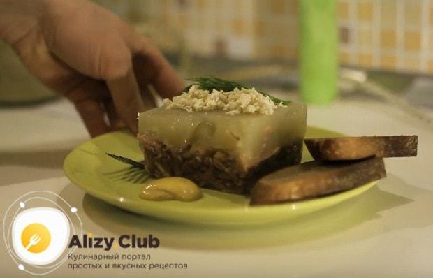 Традиционно блюдо подается с хреном или горчицей.