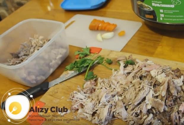 Добавляем в формочки морковку и мясо.