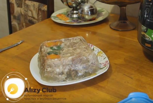 Попробуйте приготовить такой красивый и вкусный студень в мультиварке по нашему рецепту.