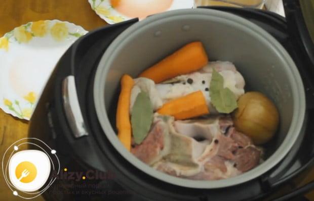 Добавляем к мясу лук, морковь и пряности.