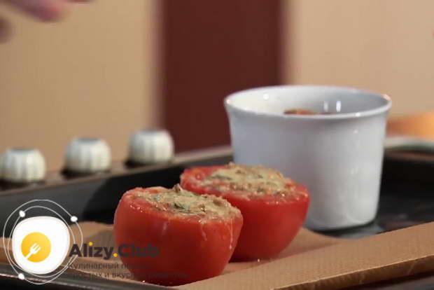Подавайте томаты и рыбное суфле с горчично-медовым соусом