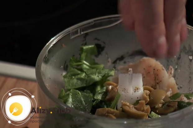 Мелко нарежьте 2-3 оливки и отправьте их к филе