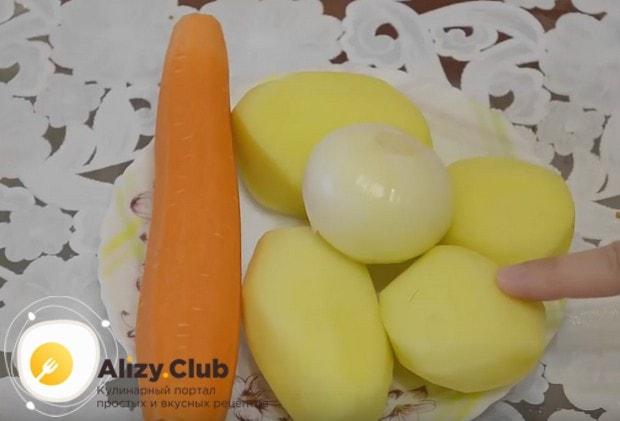 Для супа нам понадобятся традиционные овощи: морковь, картофель, лук.