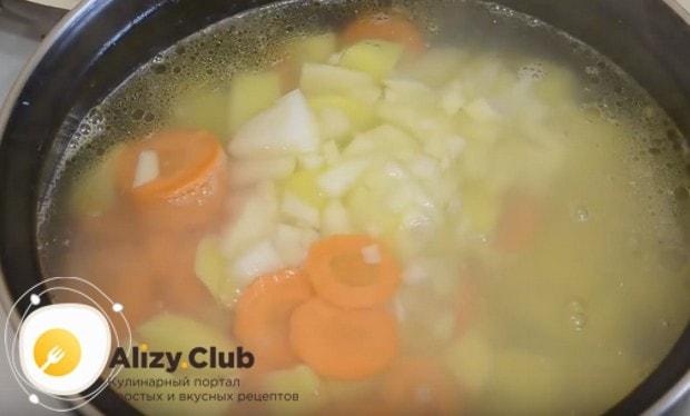 Добавляем в кастрюлю морковь и лук.
