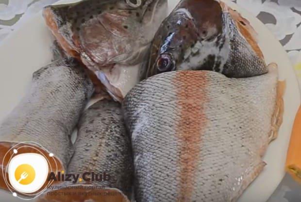 Готовить рыбный суп будем из головы и хвоста форели.