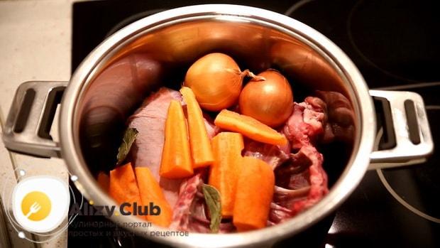 Для приготовления супа на бульоне из индейки, нарежьте морковь