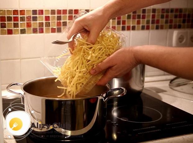 Для приготовления супа на бульоне из индейки,  добавьте лапшу