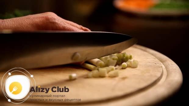 Для приготовления супа на бульоне из индейки,  нарежьте зелень