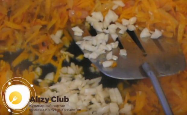 В зажарку добавляем также измельченный чеснок.