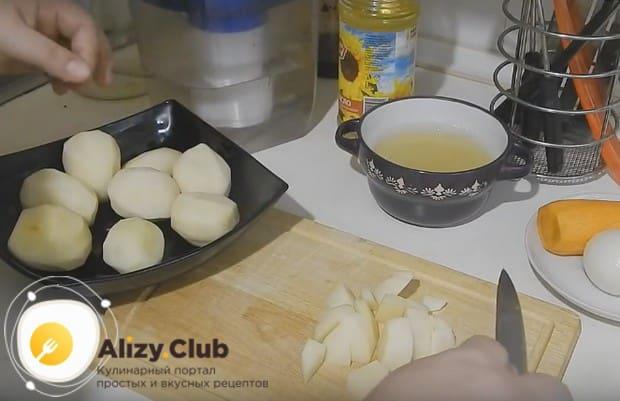 Небольшими брусочками нарезаем картофель.