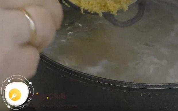 Отправляем пшено в суп.