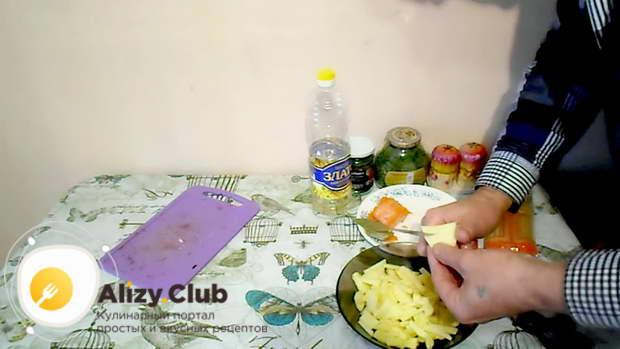Нарежьте 3 картофелины небольшими кусочками