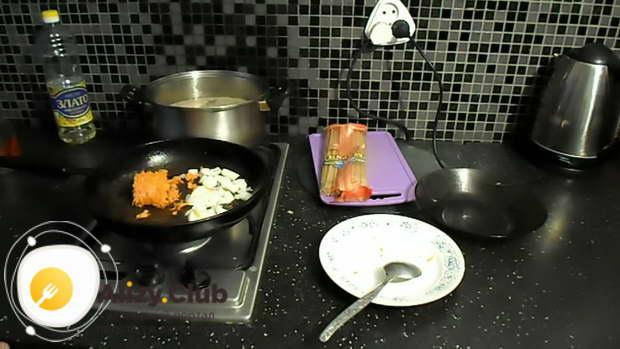 Когда мясо будет готово, налейте в сковороду пару ложек масла и обжарьте на нем морковку с луком до мягкости