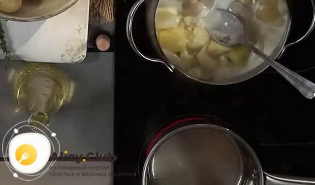 Для приготовления супа с шампиньонами и картофелем и сыром, отварите ингредиенты