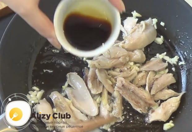 Поливаем содержимое сковороды соевым соусом.