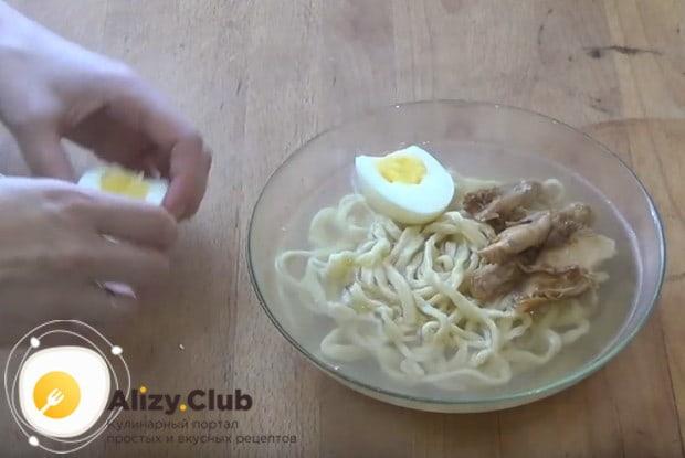 Украшаем суп яйцом.