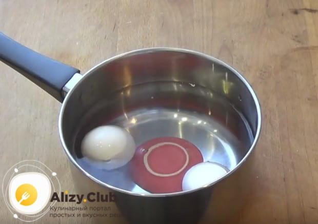 Отваренные яйца заливаем холодной водой.