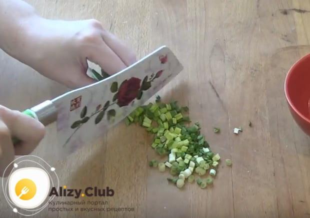 Измельчаем также свежий зеленый лук.