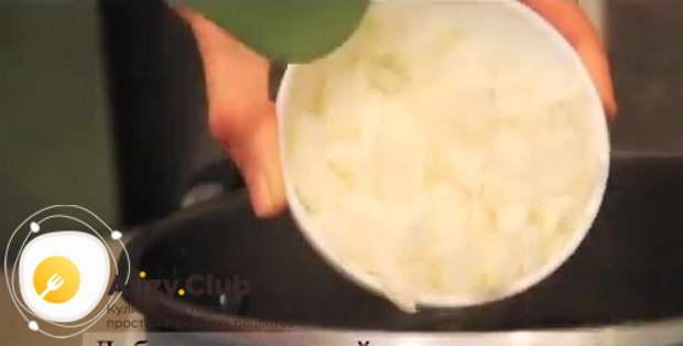 Мелко нарежьте 50 г сушеного кабачка