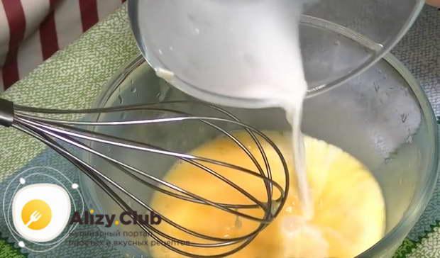 Вливаем в яичную массу 45-50 мл теплого молока