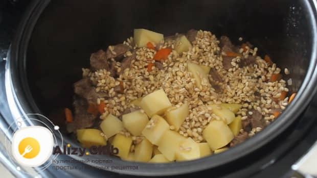 Для приготовления супа с перловкой на говяжьем бульоне обжарьте все ингредиенты
